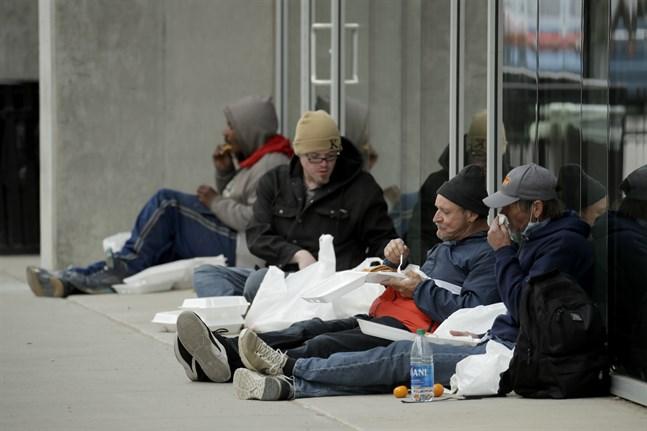 IMF varnar för ökad fattigdom i USA. Här människor i Kansas City som fått ett gratis mål mat. Arkivbild.