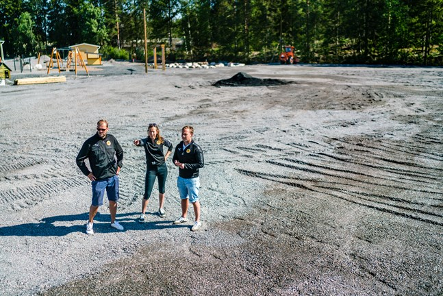 Arbetsmyror.  IK Myrans Ben Söderström, Linda Vikman och Martin Högnäs på platsen som snart kommer att vara konstgräsgrön.