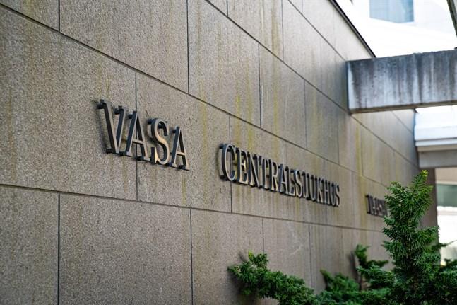 En anställd på Vasa centralsjukhus vårdas hemma för covid-19.