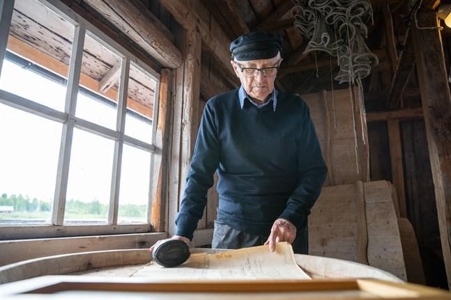 Helmer Westergård jobbade som föreståndare för Salteriet i Björköby i över trettio år. På tunnan ligger Salteriets originalritningar från 1920.