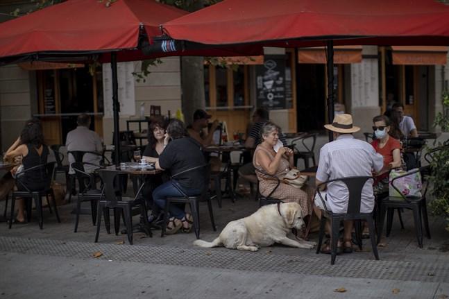 Antalet gäster på restauranger begränsas i Barcelona sedan smittspridningen av covid-19 blossat upp igen.