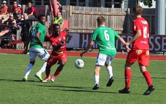 Toro är spelklar i Jaros hemmamatch på söndag. Här kämpar han mot Pasi Forsman (6) och Ayabulela Konqobe i Ekenäs, medan Severi Kähkönen skyndar till undsättning.