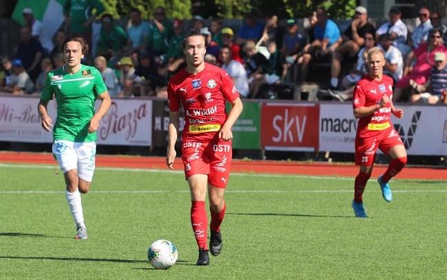 Topi Järvinen i Jaro avancerar med bollen mot Ekenäs. Till höger Jusa Ihalainen som får chansen idag mot MyPa.
