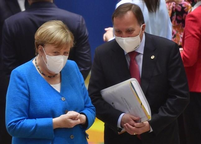 Tysklands förbundskansler Angela Merkel och Sveriges statsminister Stefan Löfven bär munskydd i samband med EU-toppmötet i Bryssel.
