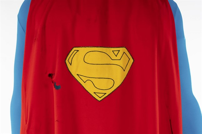 En mantel som Christopher Reeve bar när han spelade Superman har sålts på auktion. Pressbild.