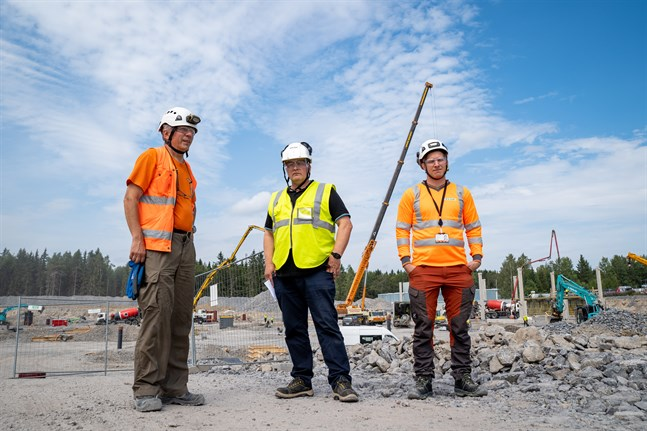 Peabs Markku Saari, ansvarig byggmästare, Mika Ahopelto, arbetschef och Juha Erving, arbetsledare säger att bygget framskrider som det ska.