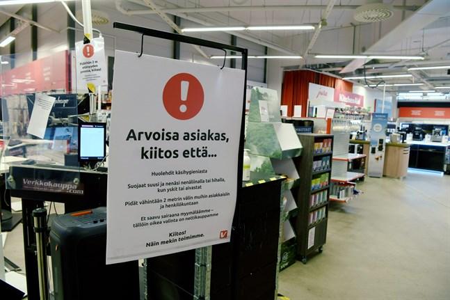 Coronaviruset har inte tappat intresset för oss människor, påminner Joakim Strand. Skylten som uppmanar till god handhygien finns i Verkkokauppa på Busholmen i Helsingfors.