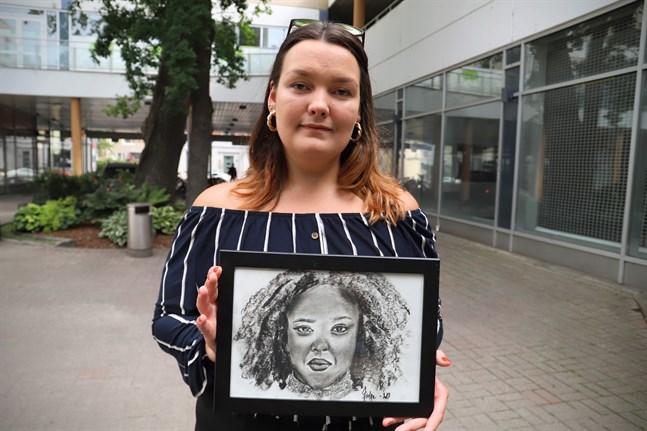 """Jennie Stolpe har fått rita av människor från olika delar av världen. De skickar ett foto och hon ritar. """"För mig var det en ära att de ville bli avritade."""""""