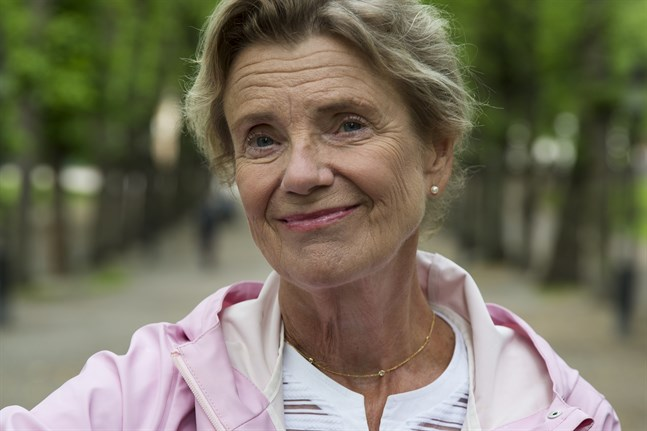 Stina Ekblad tar avstamp i barndomens Svenskösterbotten i sin livberättelse. Men fokus i hennes memoarer ligger inte på yttre händelser eller självbiografiska fakta utan på det inre, på existentiella frågor och konstens förbindelse med dem