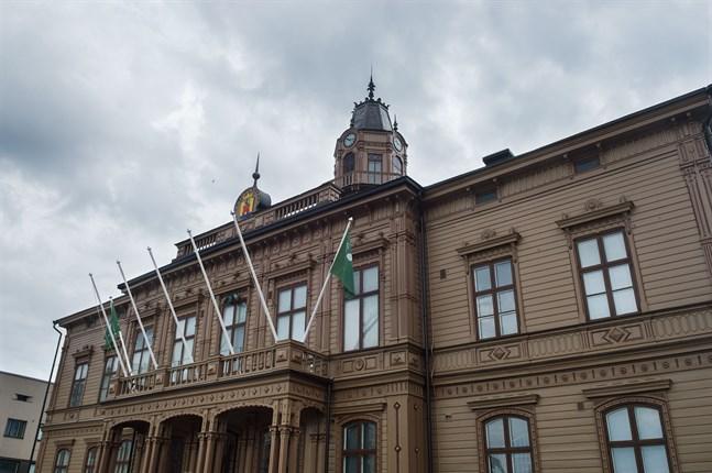 Det har uppstått en debatt om fördelningen av politiska poster i Jakobstad.