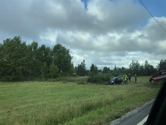 En personbil körde av vägen i Molpe i Korsnäs.