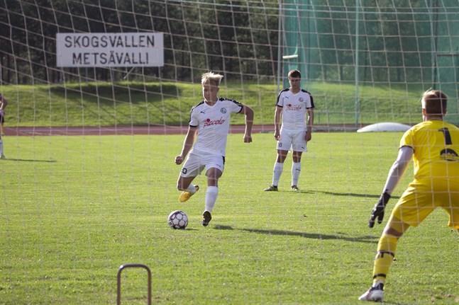Kasperi Polvilampi, här med ett straffmål mot NIK på Skogsvallen, gjorde matchen enda mål när VPS Akatemia mötte Sääripotku.