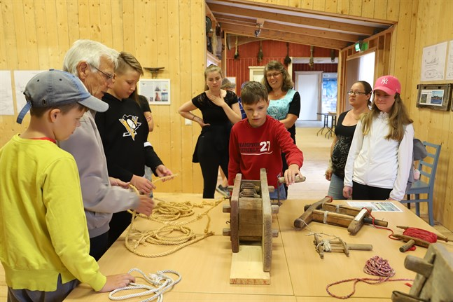 Rep har behövts i båtar i alla tider. Här testar Felix Strandberg hur man gör rep. Han besökte Kvarkens båtmuseum tillsammans med John Strandberg, Bror Antus, Alvin Frantz, Sandra Damsten, Maria Strandberg, Nina Sten och Edith Risberg.