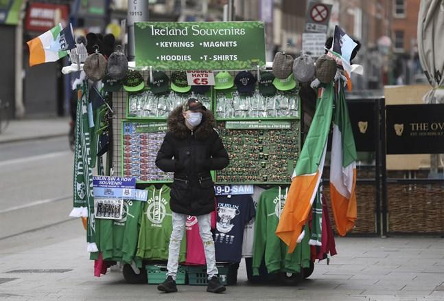 En souvenirförsäljare väntar på kunder i centrala Dublin i mitten av mars. Nu lättar Irland på sina reserestriktioner för 15 länder och områden i Europa.