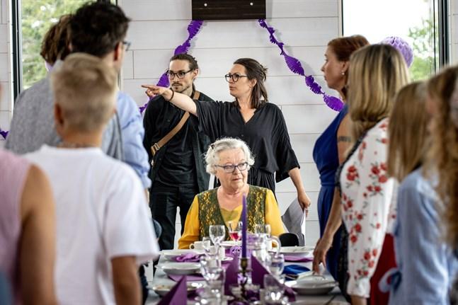 Fotografen Erik Åhman och regissören Annika Wilhelmsdotter Åman diskuterar en scen. Vid bordsändan sitter Barbro Värnman som spelar Signe.