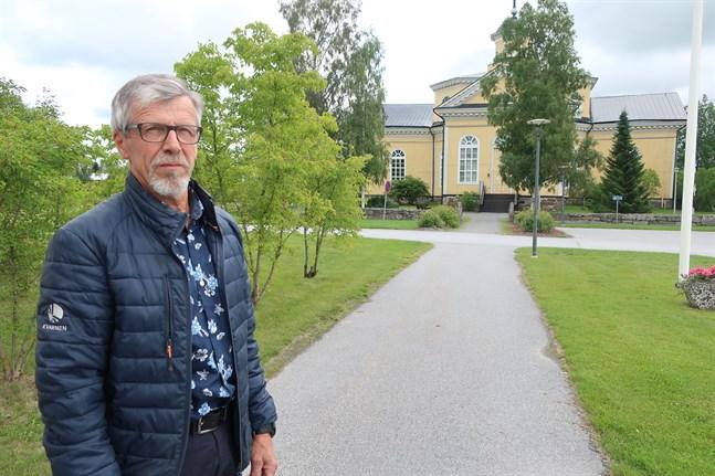 Dag Strandvall är nya Kronoby församlings första fullmäktigeordförande. Enligt Strandvall kommer församlingsfusionens effekter på ekonomin att synas från och med nästa år.