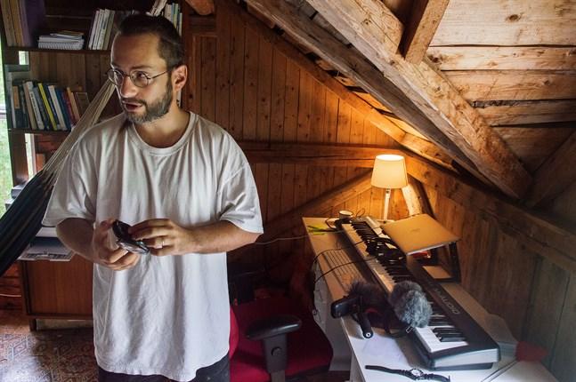 På en liten vind i Purmo produceras musik som når miljoner med människor på Spotify. Joseph Beg skapar ambient music som hjälper människor komma ner i varv.