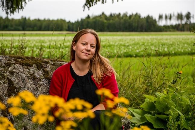"""Lina Teir bjuder på egna visor och berättelser i föreställningen """"I tregålin"""" som ges i hennes trädgård i Henriksdal. Trädgården har en central roll genom hela föreställningen."""
