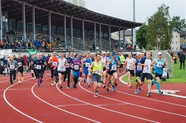 Starten har gått för maratonlöparna i torsdagens Jakob Marathon.