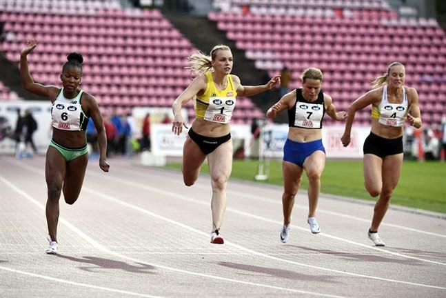 Anniina Kortetmaa, andra från vänster, vann damernas 100 meter vid Tematävlingarna i Tammerfors på torsdagskvällen. Anna Julin, längst till höger, var sexa med nytt sösongsbästa.