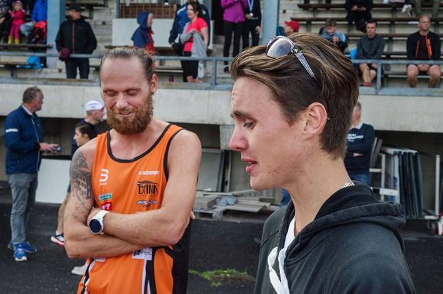 Björn Sandler vann Jakob halvmaraton i somras. Här i samtal med Kevin Sandell som vann 5 kilometer.