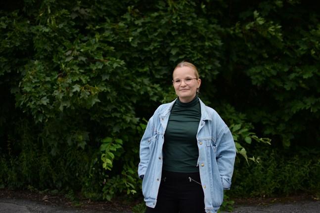 Växthusnäringen var tidigare ett okänt område för miljö- och marinbiologen Sandra Blomqvist. Nu ska hon hitta effektivare bekämpningssätt för vita flygare i växthusodlingar.