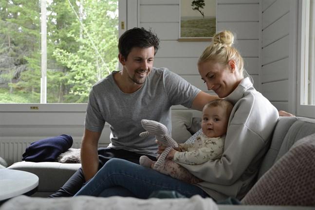 Lilla Hilma har lyx hemma när både mamma, Emelie Krook och pappa, Johannes Hopf är föräldralediga.