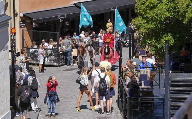 Riddarsällskapet Tornamenteum har anlitats av Region Gotland och näringslivet för att patrullera ön, bland annat i Visby och på badstränder. Riddarna ska påminna om vikten av att hålla avstånd under högsommarveckorna. Arkivbild.
