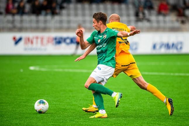 KPV:s Aleksi Tarvonen har svårt att komma någonvart mot Anselmi Nurmela i hemmamötet mot AC Oulu, men i Uleåborg nätade han två gånger. Lika många gånger har KPV bytt tränare efter hemmamötet den 25 juli.