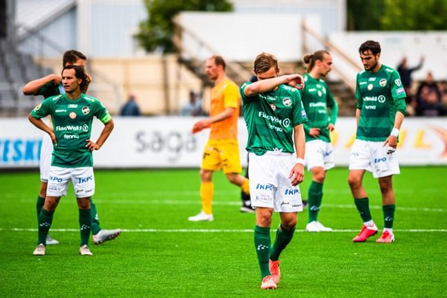 Det var dystra miner hos Sebastian Mannström, Adam Vidjeskog, Elias Ahde och Haris Chantzopoulos i KPV-lägret efter förlusten mot AC Oulu. I bakgrunden skymtar AC Oulus pigga Niklas Jokelainen.