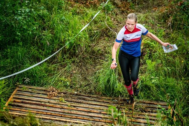 Brahes Netta Peltoniemi kämpar sig genom sista hindret innan målgång.