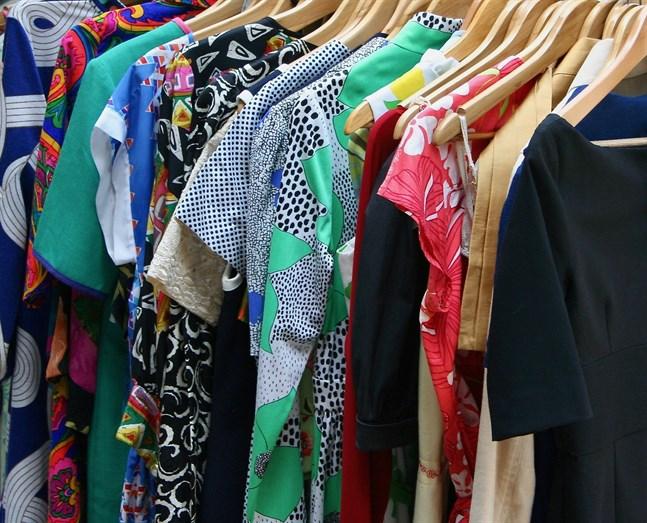 Den finska klädes- och skobranschen har tappat över 420 miljoner euro av sin försäljning på grund av coronakrisen.