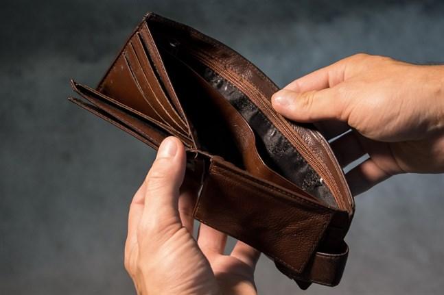 Allt fler löntagare i krisdrabbade branscher har tvingats ty sig till Folkpensionsanstaltens grunddagpenning på 33,66 euro per dag.