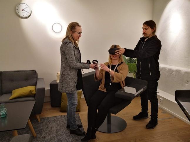 Studerande  prövar på simulering via VR-glasögon i projektet Vasa Innocare.