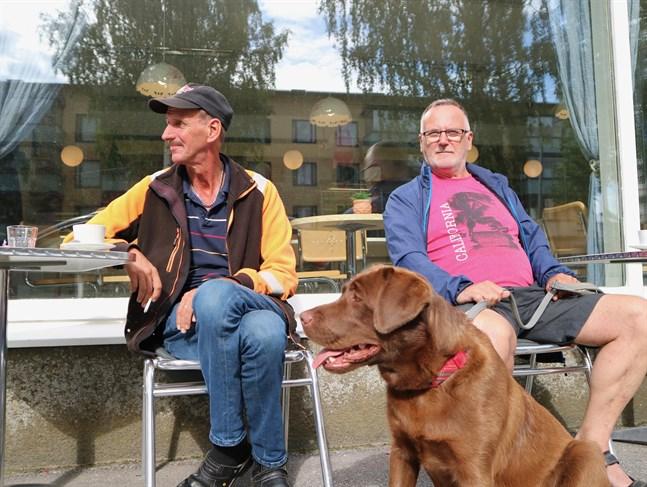 Johan Holm och Kenneth Isaksson har besökt Juthbackamarknaden så gott som varje år. Med på bild är hunden Trixie.