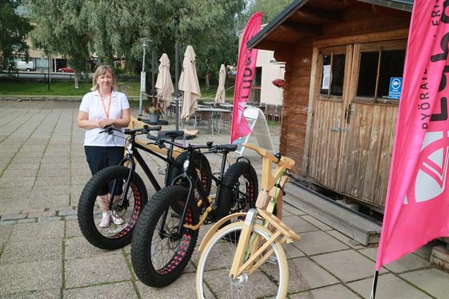 De handgjorda träcyklarna är speciellt märkbara utav de cyklar som finns att hyra.