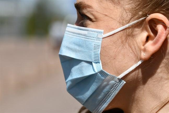 Eeva Ruotsalainen, biträdande överläkare vid Helsingfors och Nylands sjukvårdsdistrikt, efterlyste en nationell rekommendation om munskydd i måndagens A-studio.