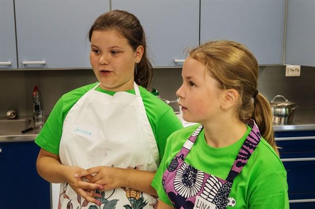 Jennifer Holmbäck och Lina Myrskog trivs i Botnia 4H:s matskola.
