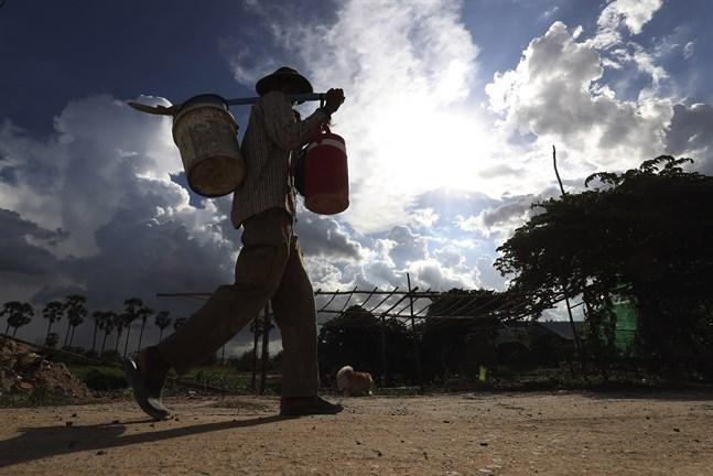 En man på väg till en byggarbetsplats i Krang Thnung utanför Phnom Penh tidigare i juli. Området, som kännetecknas av sina risfält, är under ombyggnation.