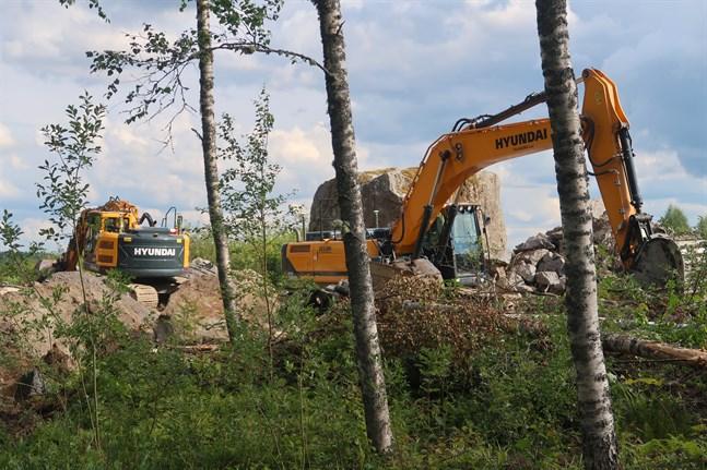 Stenar sprängs och rötter dras upp i Runsor.