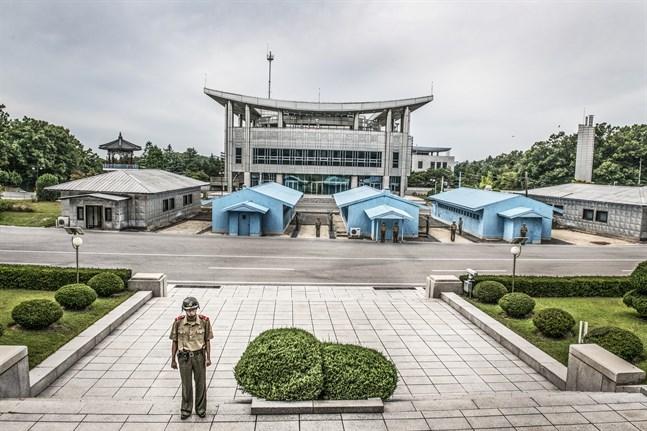 DMZ, demilitariserade zonen med Conference Row-platsen där tre blå baracker för samman Nordkorea och Sydkorea. Arkivbild.