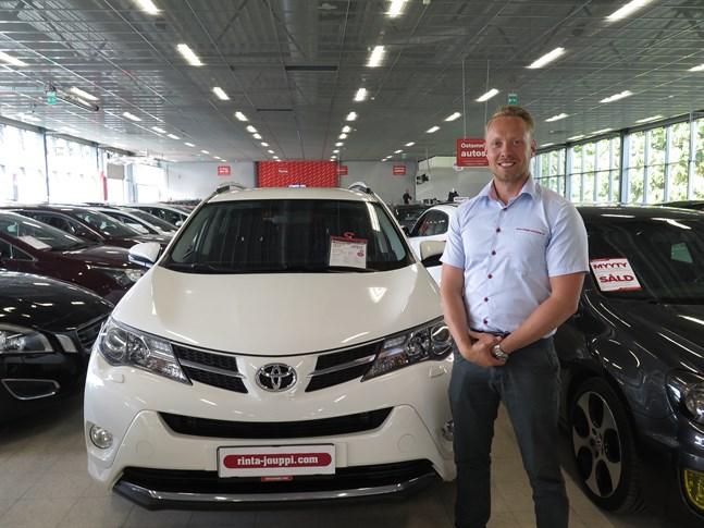 Oskari Erkkilä säger att hemkörning av sålda bilar har ökat i popularitet bland kunderna under våren.