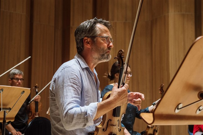 Dirigenten och violinisten Jan Söderblom anser det vara viktigt att man ordnar kulturevenemang också den här sommaren, inom ramarna för de gällande coronarestriktionerna.
