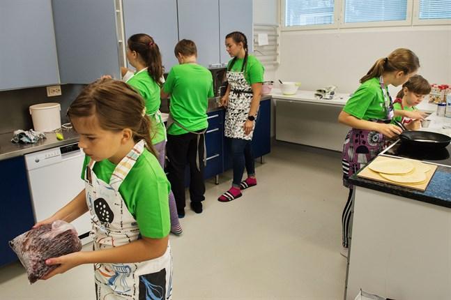Barnen har hand om största delen av matlagningen. Ledarna hjälper till vid behov.