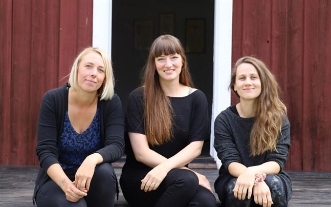 Jenny Holm, Lotta Ventus och Anna Moberg hoppas att många kommer till Brages friluftsmuseum för att ta del av den dramatiserade guidningen.
