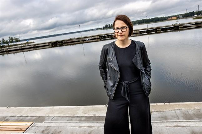 """Anna Törnroos-Remes är forskardoktor i marinbiologi vid Åbo Akademi. Där är hon bland annat involverad i profilområdet """"Havet"""", vars målsättning är att finna lösningar som möjliggör samexistensen av moderna samhällen och havet och som främjar hållbar tillväxt globalt."""