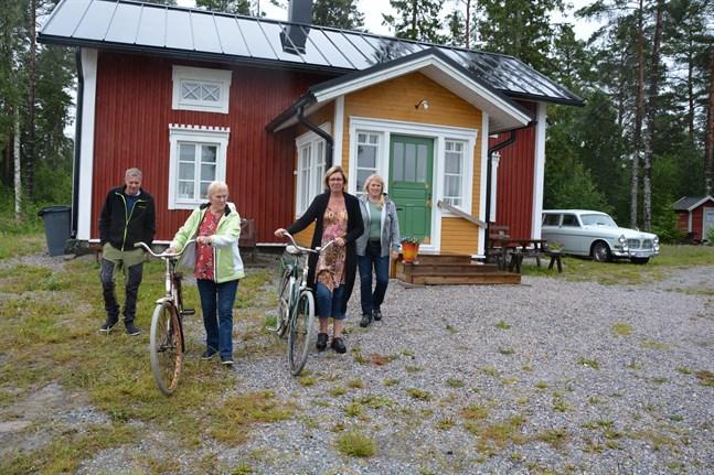 Fredrik Sandholm, Maj-Britt Westerlund, Regina Nyman och Katarina Westerlund är glada att projektet är så långt hunnet att Alvina-huset har kunnat ta emot de fösta gästerna. De gamla cyklarna som rustats upp kan användas av dem som övernattar.