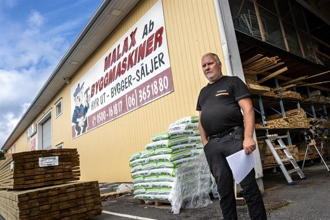 Benneth Holmgren, vd på Malax Byggmaskiner, vill gärna lyfta fram de anställda. Tack vare dem har företaget kunnat hantera den ökade omsättningen i vår.