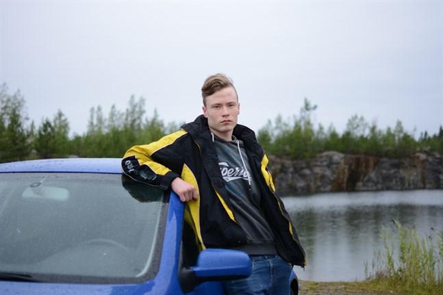 Det är lätt att få åldersdispens för bilkörkort. Det konstaterar 17-åriga Alexander Hannus, som nyligen började synas längs vägarna i sin Golf.