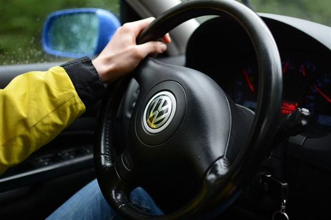 Många landsortsbor söker om att få ta bilkörkort redan som 17-åring – och rekordmånga förutspås att beviljas åldersdispensen. Långa avstånd och gles kollektivtrafik är vägande orsaker.